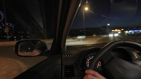 Conducendo un'automobile alla notte video d archivio