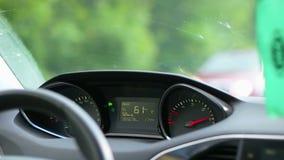 Conducendo un'automobile attraverso la campagna archivi video