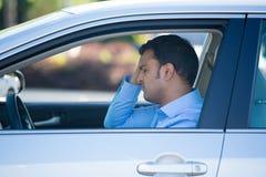 Conduciendo al hombre trastornado y subrayado en coche fotografía de archivo