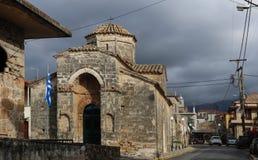 Conduciendo debajo del cielo tempestuoso en la iglesia histórica del pasado de Kalamata Grecia de los apóstoles santos Kalamata G Fotografía de archivo