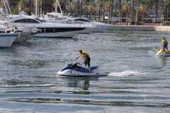 Conduciendo el jet esquíe en el puerto de Alicante Foto de archivo