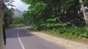Conduciendo en el camino de Mahe Island, Seychelles almacen de metraje de vídeo