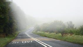 Conduciendo en el camino en niebla, peligro: desaceleración, rotura Fotos de archivo