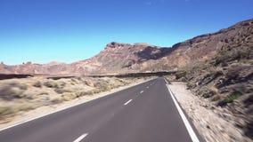 Conduciendo en el parque nacional de Teide, Tenerife, islas Canarias metrajes