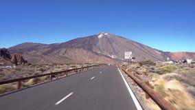 Conduciendo en el parque nacional de Teide, Tenerife, islas Canarias almacen de video