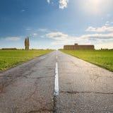 Conduciendo en una carretera de asfalto vacía, vieja Fotos de archivo