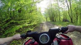 Conduciendo la montaña del POV campo a través en ATV almacen de metraje de vídeo