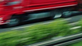 Conduciendo a lo largo de una autopista de la calidad, visión de la ventana del autobús almacen de metraje de vídeo