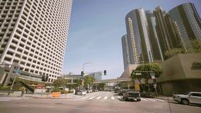 Conduciendo a través de las palmeras en Beverly Drive, el cielo azul, y el tiro ancho del sol Beverly Hills almacen de video