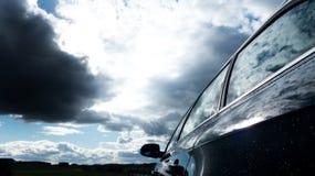 Conduciendo un coche durante el clima tempestuoso - conducción distraída Fotos de archivo