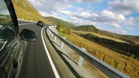 Conduciendo un coche en la montaña serpentina (POV) almacen de video