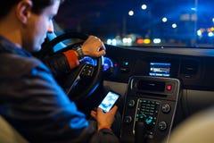 Conducción de un coche en la noche Imágenes de archivo libres de regalías