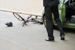 Conducteur après collision avec la bicyclette image stock