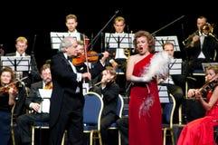 Conducteur, chanteur et orchestre Photographie stock