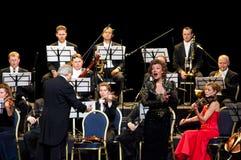 Conducteur, chanteur et orchestre Photographie stock libre de droits