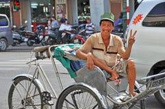 Conducteur cyclo heureux chez Ben Tanh Market. Image libre de droits