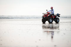 Conducteur d'ATV sur la plage Images stock