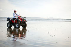 Conducteur d'ATV sur la plage Photographie stock