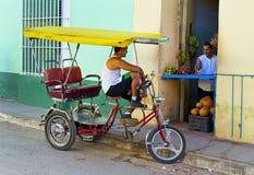 Conducteur d'impôt cubain traditionnel de bicyclette Images libres de droits