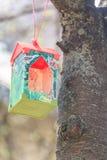 Conducteur d'oiseau sur la branche de cerise dans le jour ensoleillé Image libre de droits