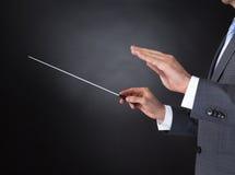 Conducteur d'orchestre tenant le bâton Photos stock