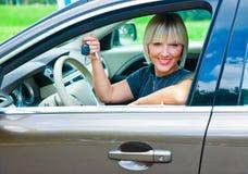 Conducteur de femme avec la clé de voiture Photographie stock