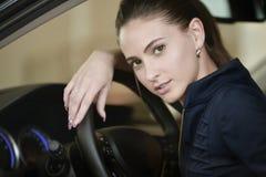Conducteur de femme en portrait de voiture Photographie stock libre de droits
