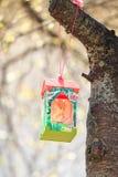 Conducteur de papier d'oiseau sur la branche de cerise avec le soleil Photographie stock