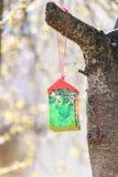 Conducteur de papier d'oiseau sur le cerisier dans le jour ensoleillé Photo stock