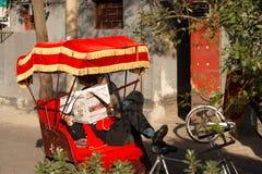 Conducteur de pousse-pousse de Pékin ayant une coupure tout en attendant des touristes Photographie stock libre de droits