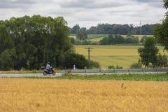 Conducteur de scooter sur la route en nature Photos stock