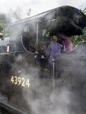Conducteur de train sur le train de vapeur à la gare ferroviaire d'Oxenhope sur Keighley et en valeur le chemin de fer de vallée  Image stock