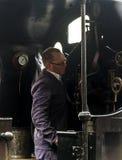 Conducteur de train sur le train de vapeur à la gare ferroviaire d'Oxenhope sur Keighley et en valeur le chemin de fer de vallée  Images libres de droits
