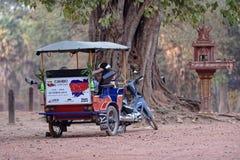 Conducteur de Tuk Tuk, temple de Bakong, Cambodge Photo stock