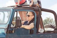 Conducteur de voiture avec des lunettes de soleil Image libre de droits