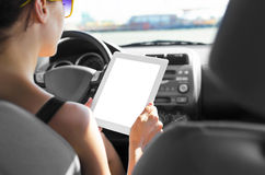 Conducteur de voiture avec le PC de comprimé photos libres de droits