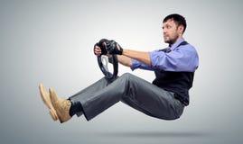 Conducteur de voiture barbu d'homme d'affaires avec un volant Image stock
