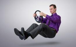Conducteur de voiture d'homme d'affaires avec un volant Photo stock