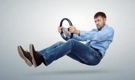 Conducteur de voiture d'homme d'affaires avec un volant Photographie stock libre de droits