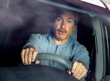 Conducteur de voiture soumis à une contrainte photos stock