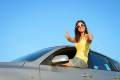 Conducteur femelle dans l'approbation de voiture Image libre de droits