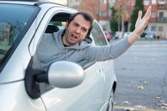 Conducteur grossier et agressif soumis à une contrainte dans l'embouteillage photographie stock libre de droits