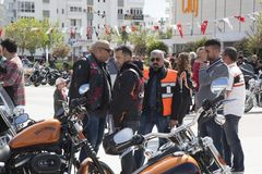 Conducteur heureux montant Harley Davidson Photo stock