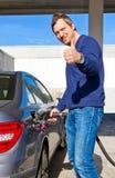 Conducteur heureux sur une station de carburant Images libres de droits
