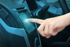 Conducteur introduisant une adresse dans le système de navigation photos libres de droits