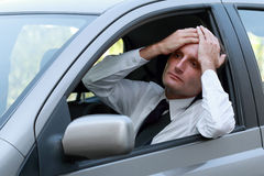 Conducteur malheureux dans sa voiture Photos libres de droits