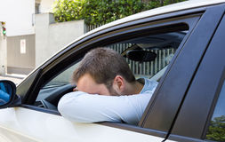 Conducteur malheureux dans sa voiture Image libre de droits