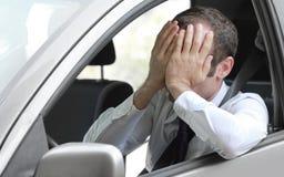 Conducteur malheureux dans sa voiture Photographie stock