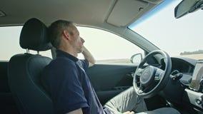 Conducteur masculin dormant tandis que la voiture autonome conduit par lui-même banque de vidéos