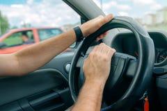 Conducteur masculin nerveux poussant le klaxon de voiture en heure de pointe du trafic Images libres de droits